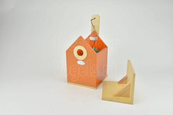 Houten nestkast, oranje gelakt