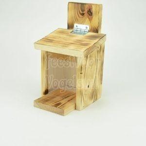 Eekhoornvoerhuis van gebrand hout