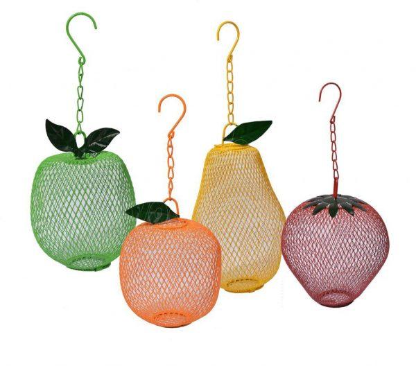 Vrolijke pinda-feeder in de vorm van fruit.