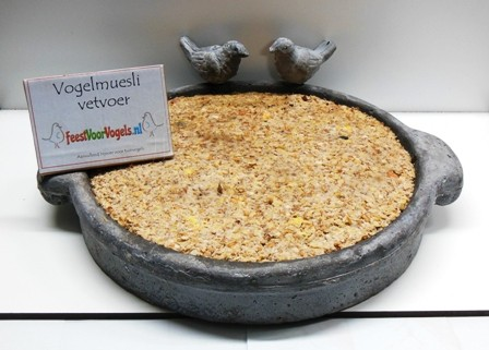 Muesli-vetvoer in luxe stenen schaal met vogeltjes