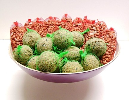 Pindanetjes, mezenbollen in een schaal