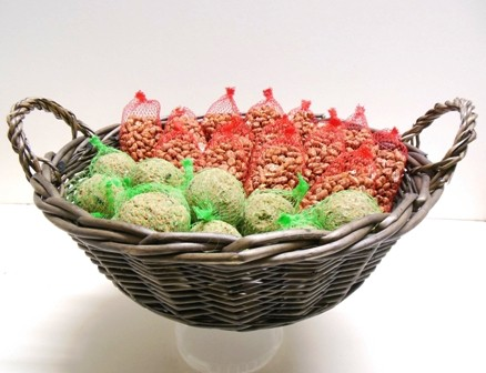 Wilge-tenen mand met vetbollen en  pindanetjes